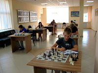 Президент Владимирской шахматной федерации Захид Мурсалов и представитель «Приват-Банка» Камиль Саидов вручают призы победителям шахматного турнира.