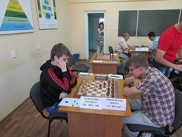 На фото: участники мастерского турнира Станислав Цыганчук и Сергей Грищенко