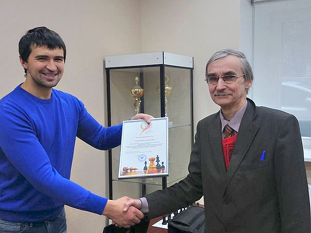 Генеральный директор РШШ - Кузин А.В. вручает награду Игорю Георгиевичу Сухину - основоположнику шахматного образования в России