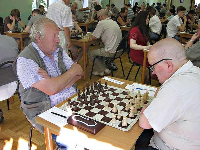 Международный гроссмейстер Юрий Балашов (слева)