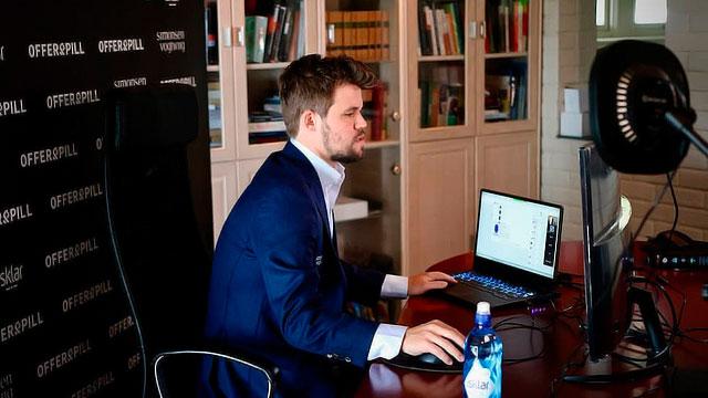 Чемпион мира Магнус Карлсен играет в шахматы онлайн