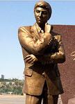 Состоялось открытие памятника Вугара Гашимова